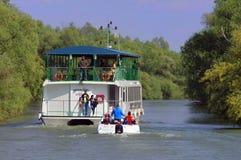 Barco de cruceros en el delta de Danubio Imagen de archivo libre de regalías