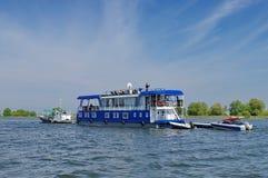 Barco de cruceros en el delta de Danubio Imagenes de archivo