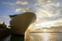 Barco de cruceros en el embarcadero imagen de archivo