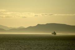 Barco de cruceros en el fiordo brumoso Imagen de archivo libre de regalías