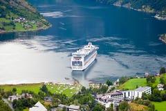Barco de cruceros en el fiordo de Geiranger (Noruega) Imagen de archivo libre de regalías