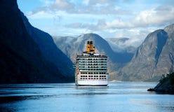 Barco de cruceros en el fiordo en Noruega Imágenes de archivo libres de regalías