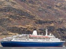 Barco de cruceros en el fiordo noruego Fotos de archivo