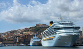 Barco de cruceros en el golfo de Nápoles Fotos de archivo