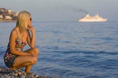 Barco de cruceros en el horizonte foto de archivo