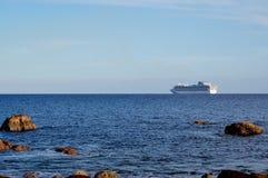 Barco de cruceros en el horizonte Imágenes de archivo libres de regalías