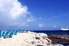 Barco de cruceros en el mar azul Imagen de archivo libre de regalías