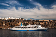 Barco de cruceros en el Mar Egeo de Santorini, Grecia Imagenes de archivo