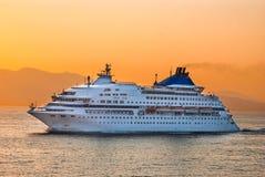 Barco de cruceros en el Mar Egeo, Grecia Foto de archivo