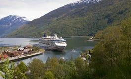 Barco de cruceros en el muelle, Flam, Noruega Imagen de archivo libre de regalías