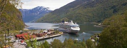 Barco de cruceros en el muelle, Flam, Noruega Imagen de archivo