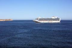 Barco de cruceros en el océano de la costa de México Foto de archivo libre de regalías