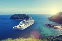 Barco de cruceros en el océano con concepto del cielo azul Foto de archivo