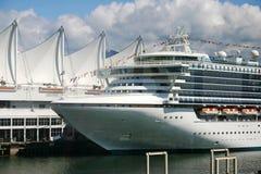 Barco de cruceros en el puerto Imagen de archivo