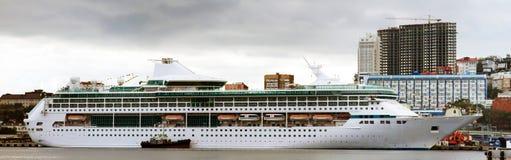 Barco de cruceros en el puerto Fotos de archivo libres de regalías
