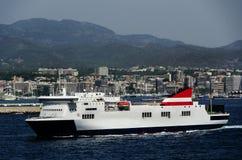 Barco de cruceros en el puerto de Cannes Foto de archivo libre de regalías