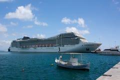 Barco de cruceros en el puerto de Katakolonin Grecia Imagen de archivo