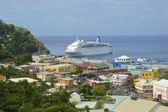 Barco de cruceros en el puerto de Kingstown en St Vincent imagenes de archivo