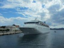 Barco de cruceros en el puerto de Zadar Foto de archivo