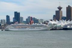Barco de cruceros en el puerto del lugar de Canadá Imagen de archivo libre de regalías