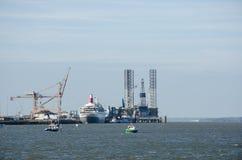 Barco de cruceros en el puerto de Harwich rodeado por las grúas imagen de archivo