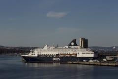 Barco de cruceros en el puerto de Oslo fotos de archivo