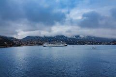 Barco de cruceros en el puerto de Villefranche Imagen de archivo libre de regalías