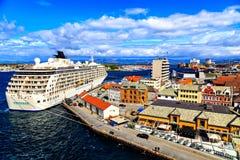 Barco de cruceros en el puerto, visión desde el top Imágenes de archivo libres de regalías