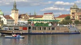 Barco de cruceros en el río de Moldava, Praga almacen de video