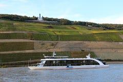 Barco de cruceros en el Rin Imagen de archivo libre de regalías