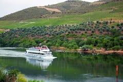 Barco de cruceros en el valle de Douro, Portugal Fotografía de archivo libre de regalías