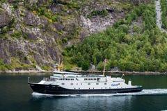 Barco de cruceros en Geirangerfjord foto de archivo