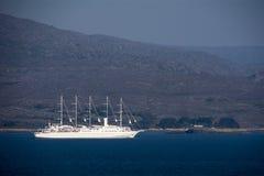 Barco de cruceros en la bahía de Bantry Fotos de archivo libres de regalías