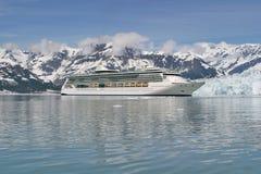 Barco de cruceros en la bahía de glaciar Fotografía de archivo libre de regalías
