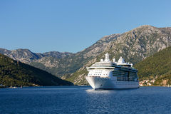 Barco de cruceros en la bahía de Kotor, Montenegro fotos de archivo