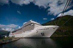 Barco de cruceros en la estación de tren de Flåm y el puerto, Sognefjord/Sognefjorden, Noruega Imagenes de archivo