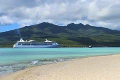Barco de cruceros en la isla del misterio, Vanuatu, South Pacific foto de archivo