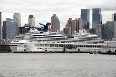 Barco de cruceros en la litera Nueva York los E.E.U.U. de Hudson River Fotografía de archivo libre de regalías