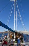 Barco de cruceros en la navegación Foto de archivo libre de regalías