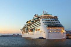Barco de cruceros en la noche Foto de archivo libre de regalías