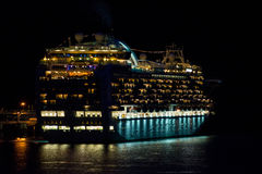 Barco de cruceros en la noche Fotos de archivo libres de regalías