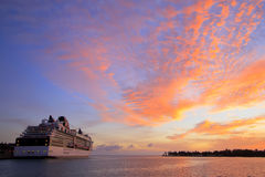 Barco de cruceros en la puesta del sol Fotos de archivo libres de regalías