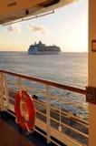 Barco de cruceros en la puesta del sol Imagen de archivo