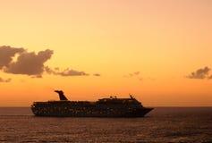 Barco de cruceros en la puesta del sol Imágenes de archivo libres de regalías