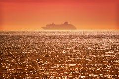Barco de cruceros en la puesta del sol Fotografía de archivo