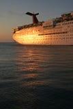 Barco de cruceros en la puesta del sol Fotos de archivo