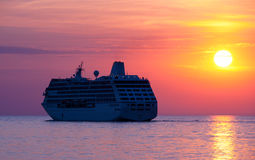 Barco de cruceros en la puesta del sol Imagen de archivo libre de regalías