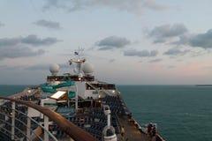 Barco de cruceros en la salida del sol Imagen de archivo libre de regalías