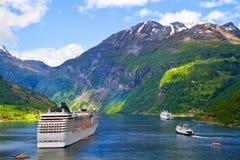 Barco de cruceros en los fiordos noruegos Fotos de archivo libres de regalías