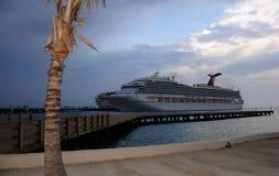 Barco de cruceros en muelle Imagen de archivo libre de regalías